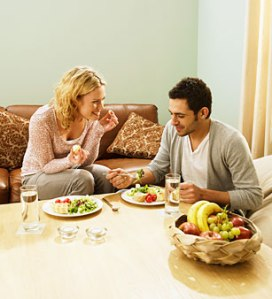 0629-couple-eat-dinner_li