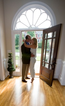 couple-kissing-goodbye
