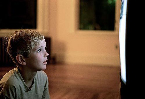 kid-watching-tv